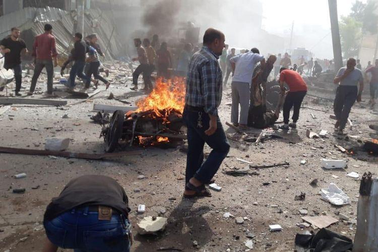 Dalam foto yang disediakan oleh White Helmets Pertahanan Sipil Suriah ini, yang telah diautentikasi berdasarkan isinya dan pemberitaan AP lainnya, memperlihatkan warga Suriah mengeluarkan korban dari lokasi ledakan di dekat stasiun bus tempat orang sering berkumpul untuk melakukan perjalanan dari satu wilayah ke satu lagi, di kota al-Bab dekat Aleppo, Suriah, Selasa, 6 Oktober 2020. Sebuah truk bermuatan bahan peledak dinyalakan Selasa di jalan yang sibuk di kota Suriah utara yang dikendalikan oleh pejuang oposisi yang didukung Turki, menewaskan dan melukai puluhan aktivis oposisi Suriah melaporkan.