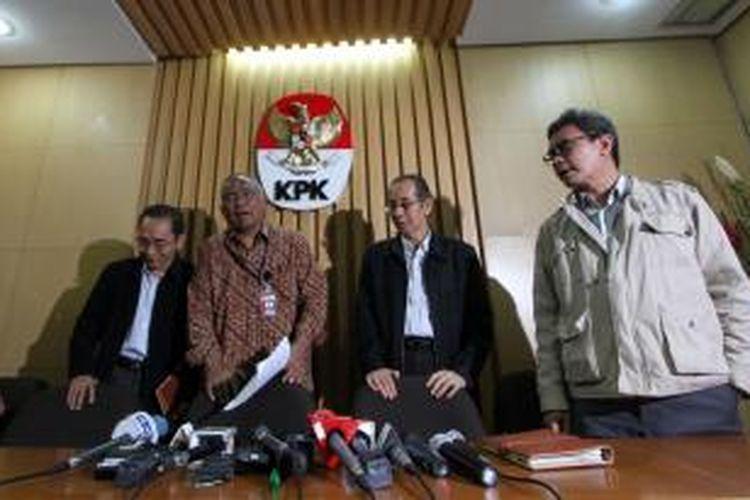 Komisioner Komisi Pemberantasan Korupsi (KPK) Johan Budi SP, Zulkarnain, Taufiequrachman Ruki, dan Adnan Pandu Pradja (kanan ke kiri) memberikan keterangan kepada wartawan terkait hasil arahan Presiden, di Kantor KPK Jakarta, Rabu (25/2/2015). Sebelumnya Presiden memanggil pimpinan KPK, Polri, dan Kejaksaan, menekankan agar sinergitas tiga instansi penegak hukum tersebut semakin ditingkatkan, penurunan ego sektoral, dan membangun kepercayaan publik.