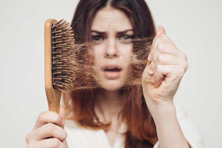 Rambut rontok bisa disebabkan karena tubuh tak mendapatkan asupan gizi yang cukup.
