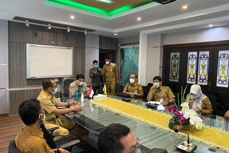 Wali Kota Banjarmasin memimpin rapat bersama pada, Selasa (29/12/2020) dan memutuskan belajar tatap muka di Banjarmasin dimulai pada 11 Januari 2021.