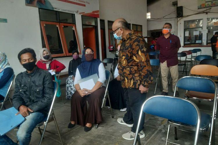 Dirjen Pemberdayaan Sosial Kementerian Sosial Edi Suharto berbincang dengan penerima bantuan di Kabupaten Sumedang, di Kantor Pos Sumedang, Jumat (29/5/2020). AAM AMINULLAH/KOMPAS.com