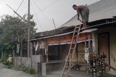 Warga Kediri Mulai Bersihkan Atap Rumah dari Abu Vulkanis