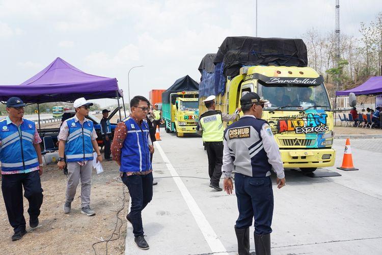 Direktur Utama PT Jasa Marga Ngawi Kertosono Kediri (JNK), AJ Dwi Winarsa (tengah) turun langsung melihat operasi gabungan kendaraan yang over dimensi dan over load muatan (ODOL) di rest area 626 jalur A ruas tol Ngawi-Kertosono, Kamis (21/11/2019) siang.