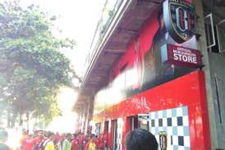 Tampak depan toko merchandise Bali United.