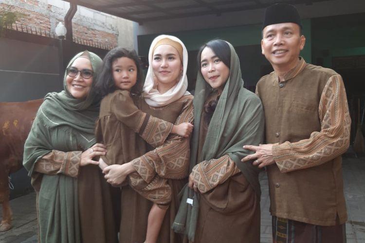 Ayu Ting Ting bersama keluarga merayakan Idul Adha di kediamannya di kawasan Depok, Jawa Barat, Minggu (11/8/2019).
