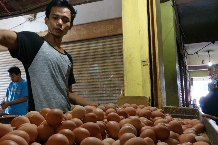 Drajat, salah seorang pedagang telur di Pasar Baru Bekasi, Bekasi Timur, Kota Bekasi, Kamis (2/5/2019).