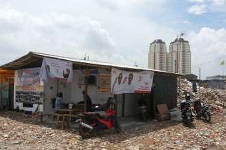 Bangunan-bangunan semi permanen yang kini berdiri di lokasi bekas gusuran di Kampung Akuarium, Penjaringan, Jakarta Utara, Selasa (10/1/2017).