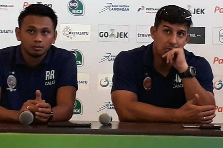 Alfredo Vera (kanan), dalam sesi jumpa pers sebelum pertandingan Sriwijaya FC menghadapi Persela Lamongan.