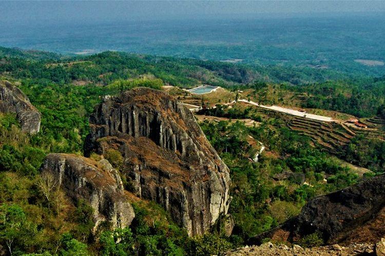 Pemandangan Gunung Api Purba di Desa Wisata Nglanggeran, Yogyakarta (Shutterstock/Berta Alviyanto).