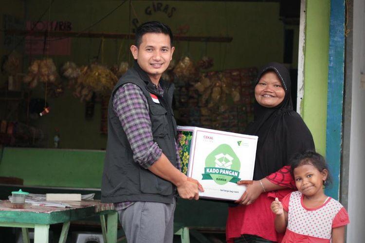Pimpinan Dompet Dhuafa Cabang Jawa Timur Kholid Abdilah, menyerahkan paket Kado Pangan untuk Kawan kepada salah satu penerima manfaat Mahmudah, Jumat (3/4/2020).