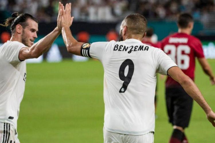 Karim Benzema merayakan golnya bersama Gareth Bale saat Real Madrid menghadapi Manchester United pada partai International Champions Cup 2018 di Hard Rock Stadium Miami, 31 Juli 2018.