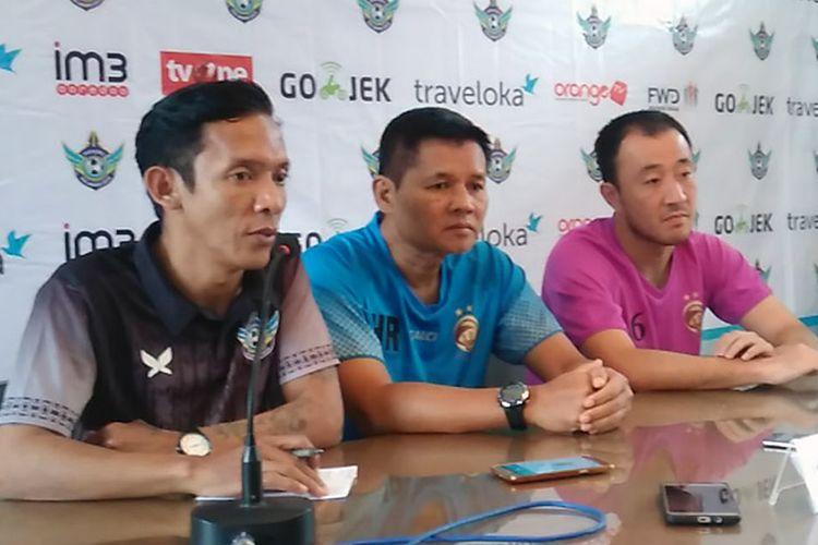 Pelatih sementara Sriwijaya FC, Hartono Ruslan (tengah) dan Yu Hyun Koo (kanan), dalam sesi jumpa pers sebelum pertandingan lawan Persegres Gresik United, Minggu (23/7/2017).