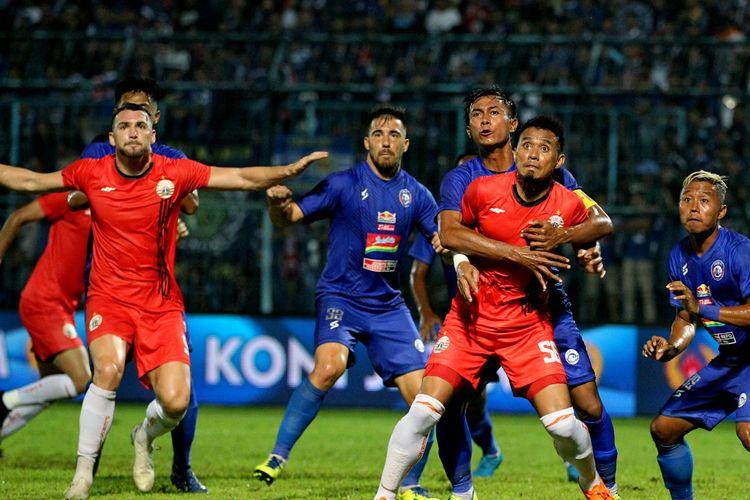 Kapten Arema FC Alfarizi menjaga ketat kapten Persija Jakarta Maman Abdurahman pada pertandingan terakhir babar penyisihan Grup B Piala Gubernur Jawa Timur 2020 yang berakhir dengan skor 1-1 di Stadion Kanjuruhan, Malang, Sabtu (15/2/2020) malam.