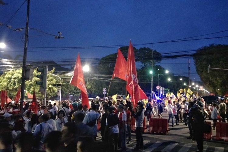 Ratusan simpatisan pendukung pasangan Jokowi-Maruf dari Projo dan Gojo mendatangai kantor Komisi Pemilihan Umum (KPU), Menteng, Jakarta Pusat, Jumat (21/9/2018).