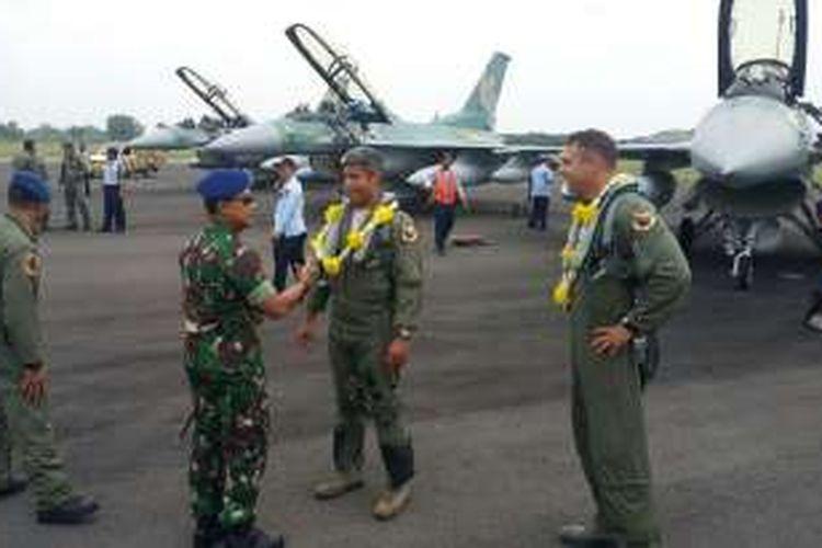 Danlanud Iswahjudi, Marsma Andyawan M.P sementara berdialog dengan dua pilot angkatan udara AS yang menerbangkan pesawat tempur F16 hibah Amerika Serikat ke TNI AU dari AS ke Indonesia, Selasa (21/9/2016)