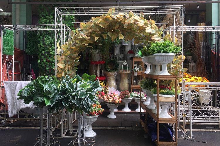 salah satu kios yang menjual perlengkapan dekor pernikahan di Pasar Rawa Belong