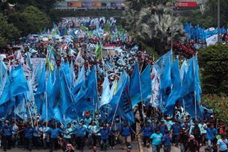 Puluhan ribu buruh melakukan long march menuju Istana Negara, Jakarta Pusat, Rabu (1/5/2013). Mereka datang dari sejumlah daerah di sekitar Jakarta untuk memeringati Hari Buruh yang jatuh pada hari itu.