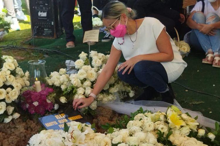 Aktris Joanna Alexandra saat penaburan bunga di makam suaminya, Raditya Oloan, di San Diego Hills, Karawang, Jawa Barat, Minggu (9/5/2021).