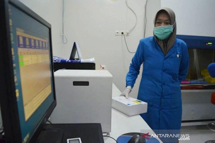 Rumah Sakit Umum Daerah (RSUD) Anutapura Palu Provinsi Sulawesi Tengah mulai mengoperasikan laboratorium pemeriksaan tes usap Covid-19 hanya dalam waktu 50 menit.