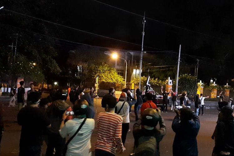 Suasana kericuhan saat aksi demo tolak Omnibus law di Simpang Tiga UIN Sunan Kalijaga Yogyakarta.