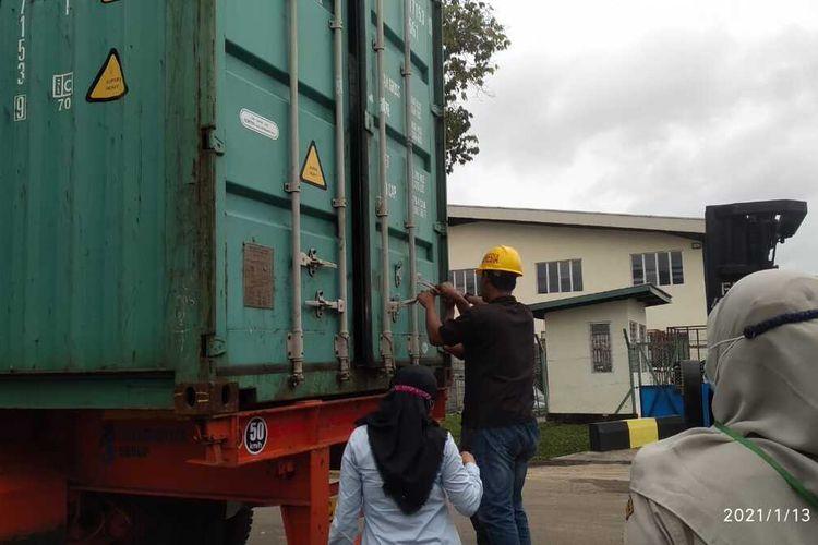 Ekspor produk olahan kelapa berupa Low Fat Dessicated Coconut (LFDC) atau tepung kelapa ke Bangladesh merupakan ekspor perdana dari Kabupaten Bintan, Kepulauan Riau (Kepri) ke negara tersebut.