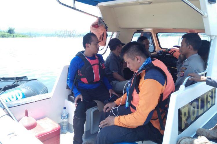 Petugas gabungan dan relawan sisir perairan Waduk Jatigede mencari nelayan yang diduga tenggelam, Minggu (17/2/2019). Dok. BPBD Sumedang