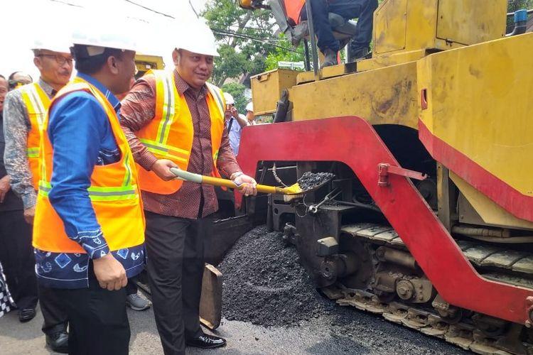 Wali Kota Tegal Dedy Yon Supriyono dan wakilnya M. Jumadi secara simbolis memulai pengaspalan jalan balai kota dengan aspal berbahan dasar sampah plastik, Selasa (3/12/2019)