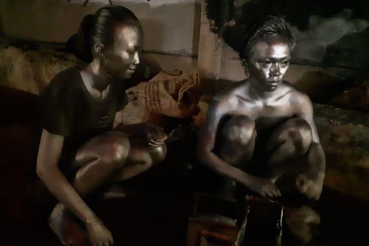 Setptian Yoanda (17) dan Siti Jena (17) terpaksa menjadi manusia silver untuk menyambung hidup di masa pandemi-Covid-19. Mereka tampak mengumpulkan dan merapikan uang hasil kerjanya di perempatan Permata Hijau, Jakarta Barat, Sabtu (25/7/2020) dini hari yang sepi dari hilir mudik kendaraan.