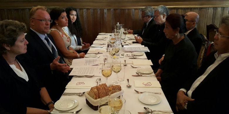 Menteri Kelautan dan Perikanan Susi Pudjiastuti bertemu degan Menteri Perikanan Norwegia Per Sandberg di acara jamuan makan malam di Oslo, Norwegia, Rabu (6/6/2018). Dalam pertemuan itu dibahas mengenai sejumlah isu salah satunya salmon dan minyak sawit.