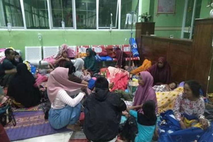 Korban keracunan saat dirawat di Puskesmas Monta, Kabupaten Bima.