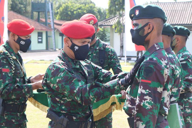 Komandan Pusat Pendidikan dan Latihan Pasukan Khusus (Danpusdiklatpassus) Kopassus Brigjen TNI Thevi Zebua menutup latihan pembentukan Raider satuan jajaran TNI Angkatan Darat gelombang pertama 2021 di Lapangan Kesatrian Amirul Isnaeni, Cilacap, Jawa Tengah Selasa (24/8/2021).