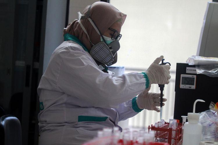 Dokter patologi klinik memeriksa sampel media pembawa virus Corona untuk penelitian di Laboratorium Balai Besar Karantina Pertanian Surabaya di Juanda, Sidoarjo, Jawa Timur, Kamis (6/2/2020). Kementerian Pertanian melalui Badan Karantina Pertanian (Barantan) mengantisipasi penyebaran dengan melakukan penelitian media pembawa Virus Corona yang berisiko tinggi sebagai penular CoV/2019-nCoV berupa anjing, kucing, rodensia, kelelawar dan unggas yang dikirim melalui kargo terminal (T1) Bandara Juanda. ANTARA FOTO/Umarul Faruq/wsj.