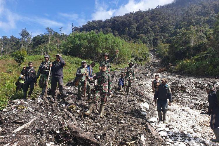 (Ilustrasi) Tim SAR Darat yang dibantu masyarakat Distrik Oksop tengah melakukan pencarian helikopter MI-17 milik TNI AD yang hilang kontak sejak 28 Juni 2019 di kabupaten Pegunungan Bintang, Papua