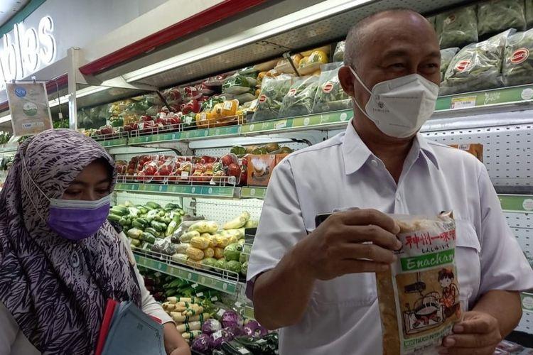 Tim Dinas Kesehatan Kota Tegal menunjukan salah satu makanan kadaluarsa yang juga mengandung formalin saat sidak ke salah satu toko modern, Rabu (5/5/2021)