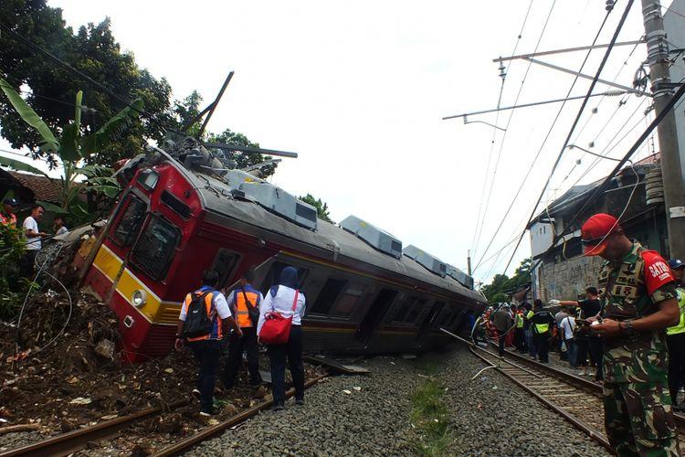 Kereta rel listrik (KRL) commuter line mengalami anjlok di jalur rel Kebon Pedes, Kota Bogor, Minggu (10/3/2019).