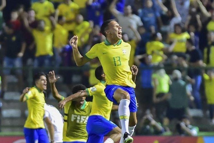 Tim Brasil U-17 melakukan selebrasi ketika berhasil mengalahkan Perancis U-17 dan berhak melaju ke Final Piala Dunia U-17 2019