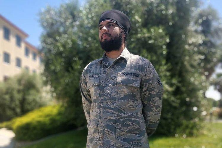 Harpreetinder Singh Bajwa. Tentara dari masyarakat Sikh ini merupakan anggota Angkatan Udara Amerika Serikat (AS) pertama yang diizinkan mengenakan turban, berjenggot, dan rambutnya tidak dicukur.