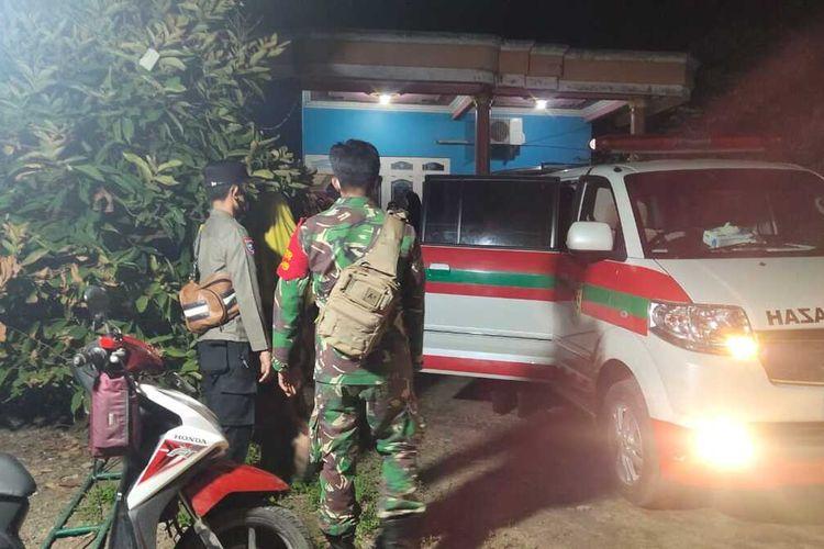 Petugas Satgas Covid-19 saat akan melakukan prosesi pemakaman BS warga Desa Sari Kecamatan Gajah Kabupaten Demak, pasien Covid-19 yang meninggal usai memaksa pulang dari rumah sakit,untuk dimakamkan di TPU desa setempat Senin (7/6/2021) malam.