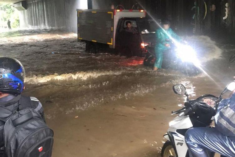 Banjir merendam Underpass Cipayung di bawah kolong Tol JORR, Cipayung, Jakarta Timur, Jumat (28/2/2020).