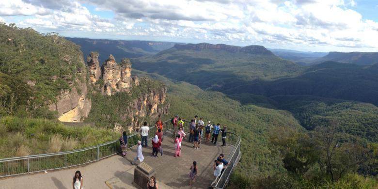 Three Sisters, tiga pilar batu di kawasan Taman Nasional Blue Mountain, Katoomba, New South Wales, Australia. Ketiga pilar batu itu berdiri di sisi lembah Jamison yang konon kedalamannya mencapai satu kilometer.