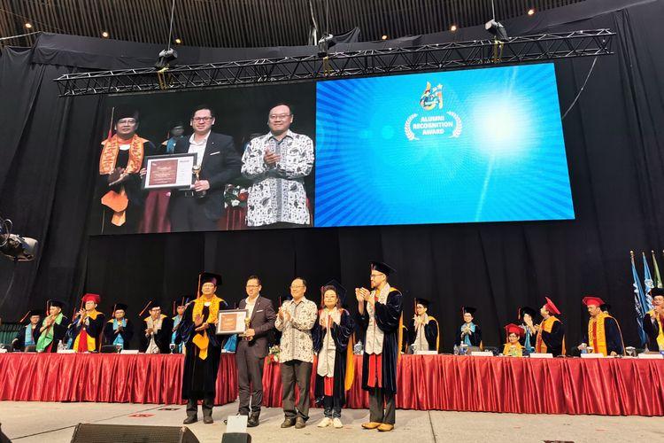 Bina Nusantara (Binus) University menggelar wisuda ke-61 pada tanggal 11 dan 12 Desember 2019 dan melepas sebanyak 4.030 wisudawan terdiri dari 8 lulusan S3, 251 lulusan S2, 3.645 lulusan S1, 118 lulusan D4, dan 7 lulusan profesi.