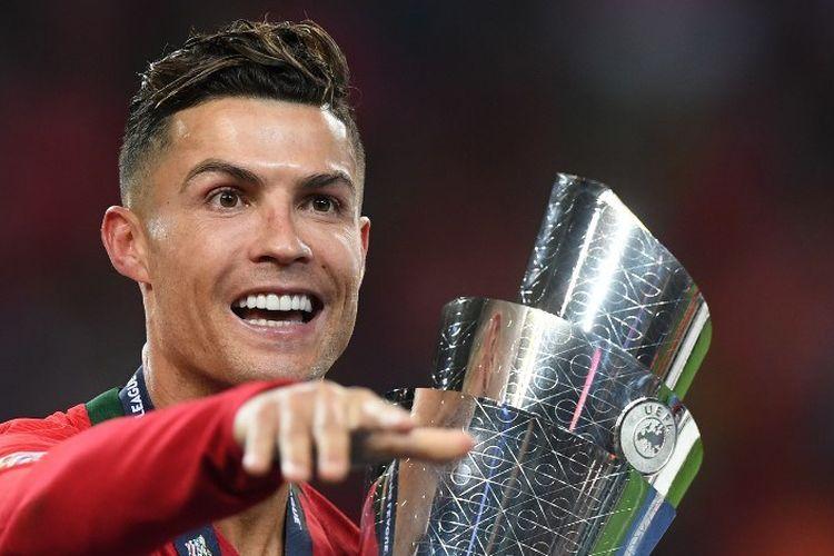 Cristiano Ronaldo merayakan keberhasilan Timnas Portugal menjadi juara UEFA Nations League seusai mengalahkan Timnas Belanda pada laga final di Stadion Do Dragao, 9 Juni 2019.