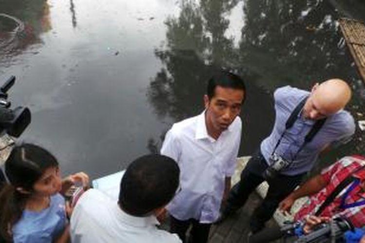 Gubernur DKI Jakarta Joko Widodo meninjau pintu air Jembatan Merah, Jakarta Pusat, Senin (13/1/2014).