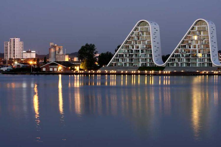 Bangunan ini terletak persis di sepanjang laut