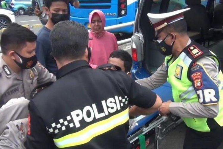 Kecelakaan lalu lintas (laka lantas) terjadi di ruas Tol Dalam Kota KM 1.800, Jakarta Timur pada Kamis (19/8/2021) siang. Satu truk korps Brimob Polri yang membawa peserta vaksinasi Covid-19 menabrak truk derek.