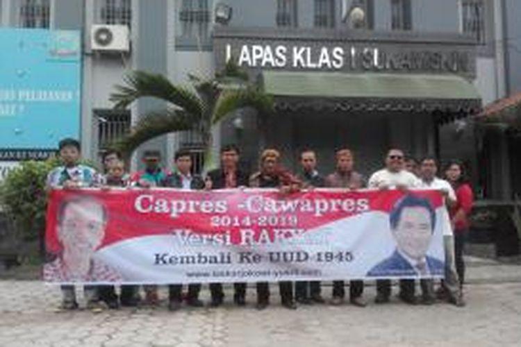 Laskar Jokowi-Yusril mengunjungi Lapas Sukamiskin, Kota Bandung, Senin (3/3/2014).