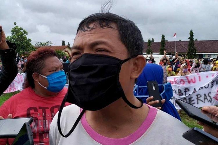 Mulyono memberikan keterangan kepada wartawan di lapangan Desa Gentasari, Kecamatan Kroya, Kabupaten Cilacap, Jawa Tengah, Senin (5/10/2020).