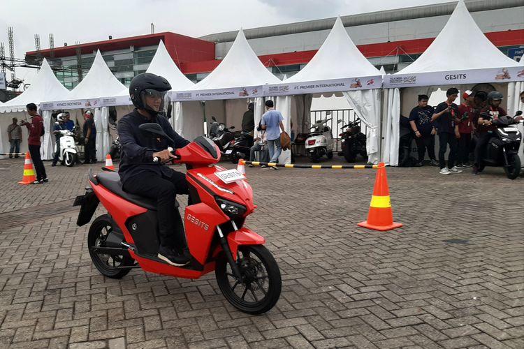 Test ride skuter listrik Gesits di Telkomsel IIMS 2019