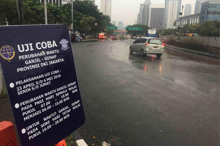 Uji coba perpanjangan waktu pembatasan kendaraan berdasarkan plat nomor ganjil-genap di ruas Jalan Sudirman-MH Thamrin digelar Senin (23/4/2018).