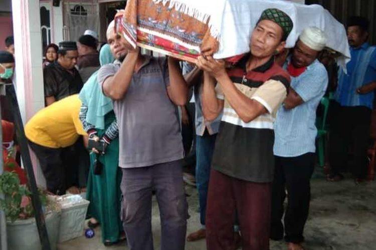 Jenajah Azmil Khair Simanjuntak alias AK alias Ameng, salah satu Narapidana Teroris Bom Sibolga saat sampai di kampung halamannya di Kota Sibolga dan dimakamkan di Tapanuli Tengah, Minggu (5/4/2020). Diketahui, AK meninggal karena sakit saat menjalani masa hukumannya di Jakarta.